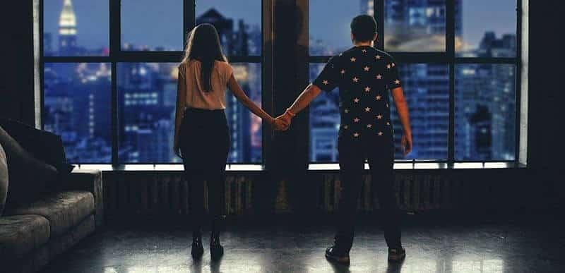 Fessier d'un couple main dans la main